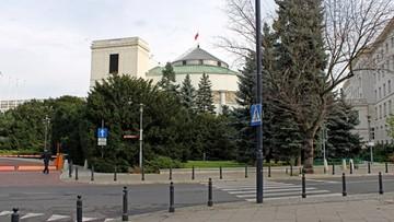 06-10-2016 21:44 Sfotografował gołe stopy posłanki w Sejmie. Stracił akredytację