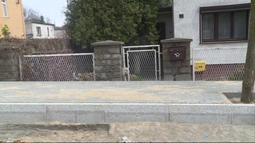 Wybudowali chodnik na wysokości pasa. Mieszkańcy mają problem z wyjściem z posesji