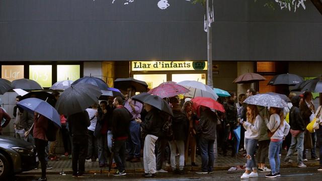 Trwa referendum w Katalonii; policja konfiskuje urny i karty wyborcze