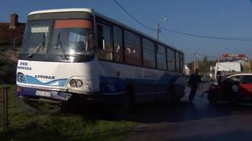 Zderzenie autobusu szkolnego z autem osobowym. Sześcioro dzieci poszkodowanych
