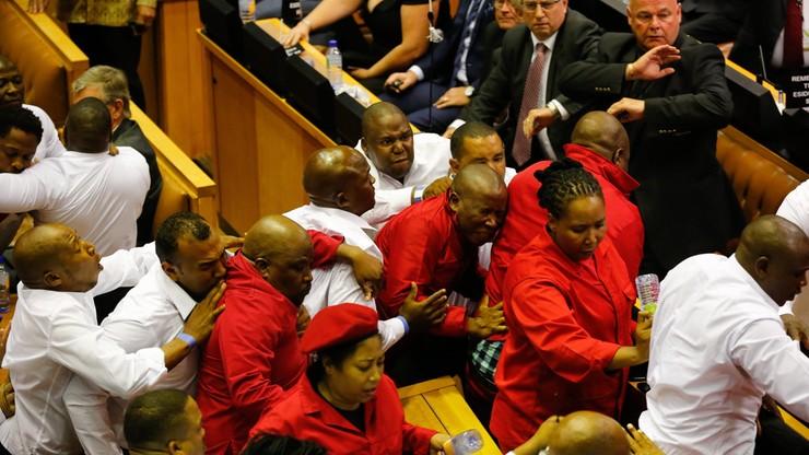 Bijatyka w parlamencie RPA. Lewicowi deputowani przerywali orędzie prezydenta