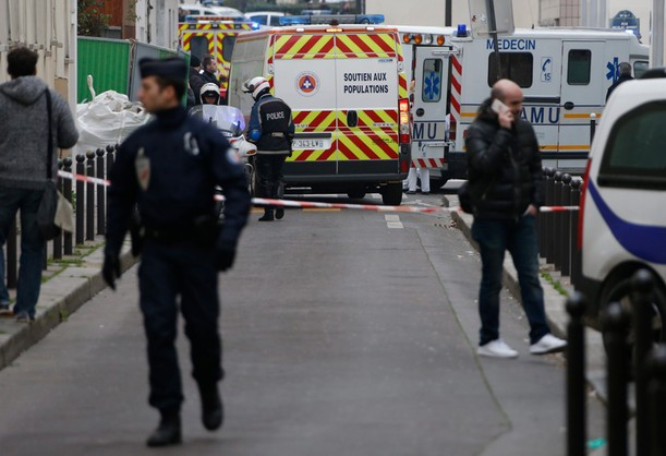 Napastnik z Paryża oddał się w ręce policji