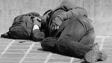"""Na ulicach Paryża żyje 10 tys. polskich bezdomnych - szacuje """"Pomost Passerelle"""""""