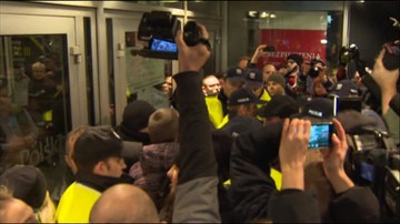 21-11-2015 19:41 Protest przed teatrem przeciwko spektaklowi  z udziałem aktorów porno