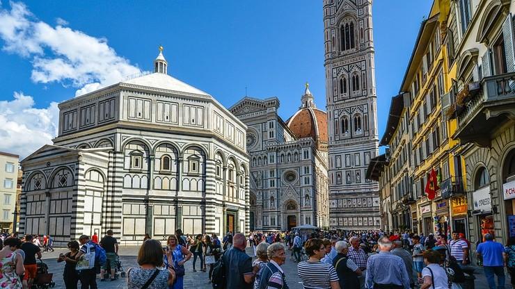Polewają wodą stopnie przed kościołami. To akcja przeciw jedzeniu przy zabytkach we Florencji
