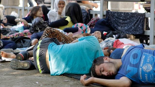 Szef włoskiego MSZ: fala imigracji w Europie potrwa 10-15 lat