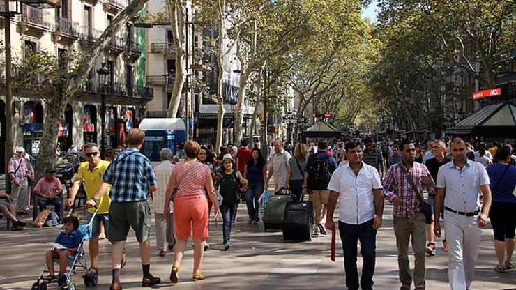 Szok w związku z zamachami minął. Turyści wracają do Barcelony