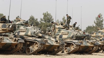 25-08-2016 09:40 Kolejne czołgi wjechały do Syrii. Obok nich ciężki sprzęt budowlany