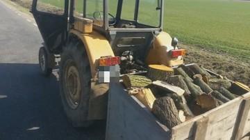 Traktorzysta z 4 promilami alkoholu i przyczepą pełną drewna