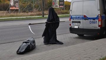 29-10-2016 18:25 Śmierć z kosą. Przed nią czarny worek na zwłoki. Akcja policji z Chełma