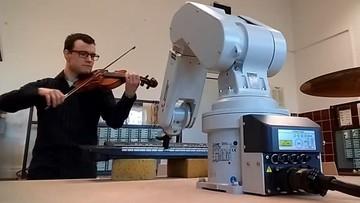 Robot Staszek gra na pianinie. Zaprogramował go student AGH