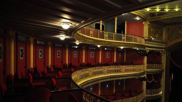 Spał nago na balkonie… w teatrze. Grozi mu 5 lat więzienia
