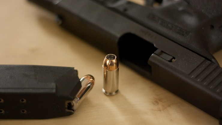 Przestępcy rzadziej sięgają po broń