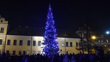 17-12-2016 18:41 Kraków: pod oknem papieskim rozbłysła choinka