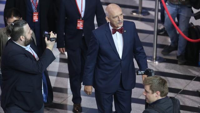 Korwin-Mikke ukarany za hajlowanie w PE i nazwanie uchodźców śmieciami