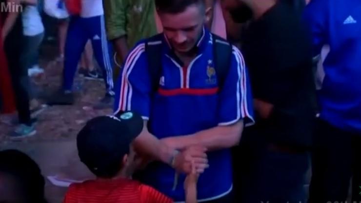 Zobacz, jak portugalski chłopiec pociesza francuskiego kibica
