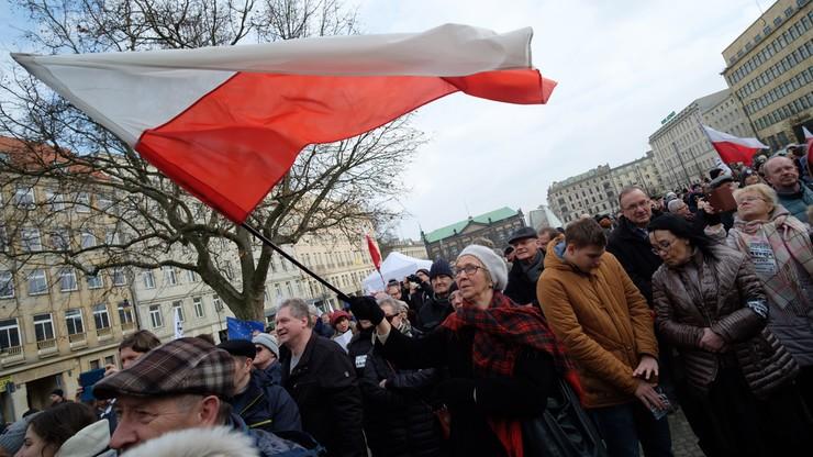 """""""Państwo prawa, nie Jarosława"""". 300 osób na demonstracji KOD w Poznaniu"""