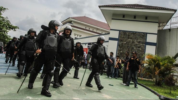 Dwustu uciekinierów z więzienia w Indonezji nadal na wolności