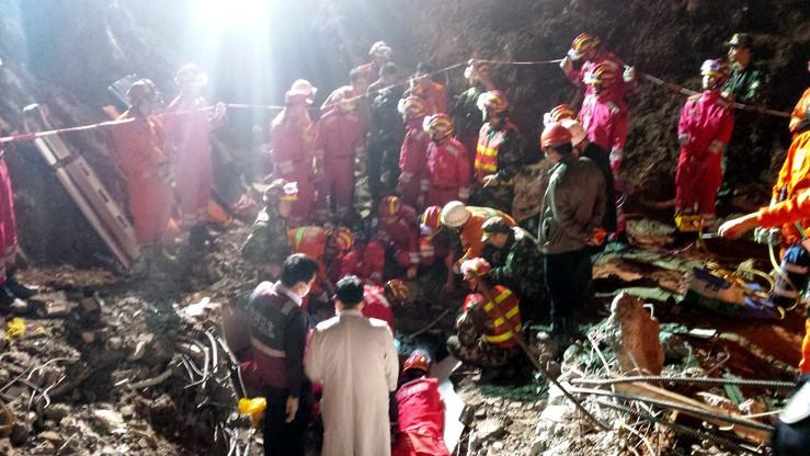 Chiny: odnaleziono żywego człowieka po 60 godzinach od zejścia ziemnej lawiny