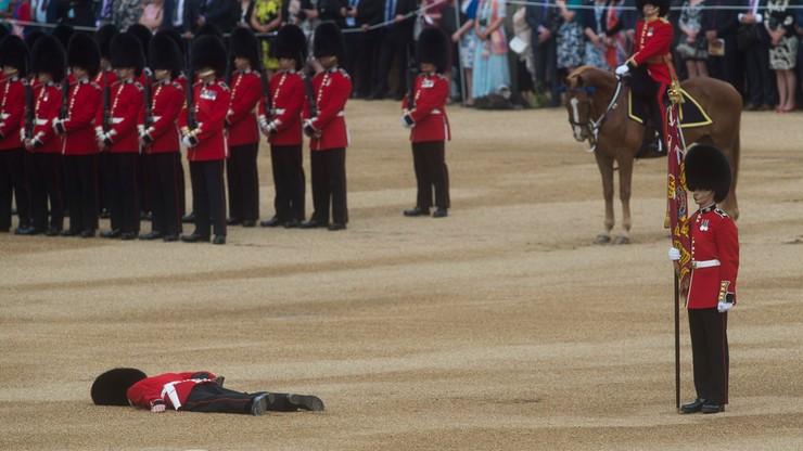 Omdlenie gwardzisty. Nietypowa akcja ratunkowa w czasie fety na cześć królowej