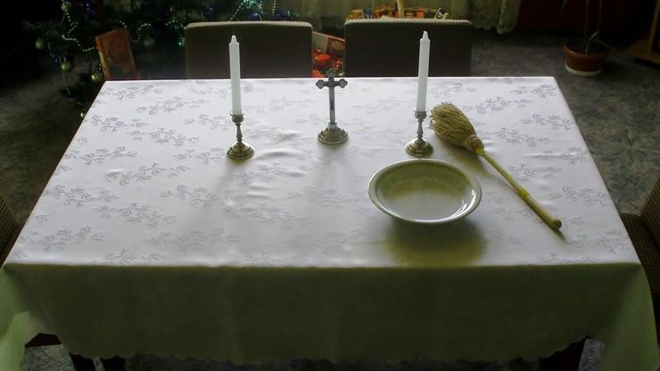 Kucharka i kościelna po kolędzie zamiast księdza. Święciły domy, zbierały datki