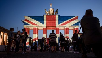 Brama Brandenburska w brytyjskich barwach narodowych. Na znak solidarności po zamachu