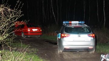 Próbował przejechać policjantów. Potem porzucił auto zostawiając w nim żonę i dziecko