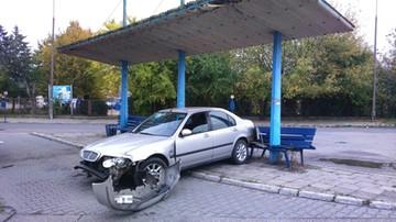 Wjechał w przystanek autobusowy i śmiertelnie potrącił 20-latka. Policja poszukuje sprawcy wypadku w Płońsku