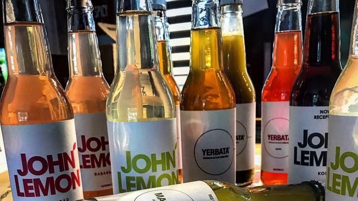 Polska firma musi zmienić nazwę swojego napoju po ugodzie z Yoko Ono