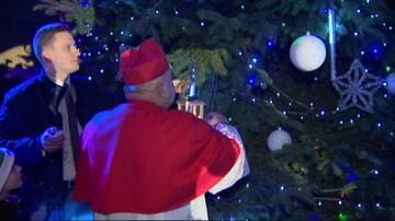 Kardynał Dziwisz zapalił światełka na choince pod Oknem Papieskim