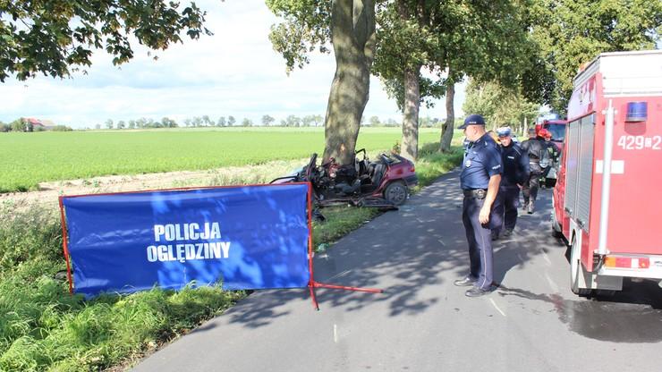 Opel uderzył w drzewo. Kierowca i pasażer zginęli na miejscu