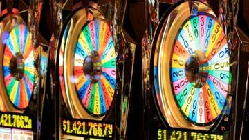 """Walka z hazardem """"po włosku"""". Zakazują gry na automatach w porze posiłków"""