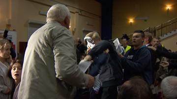 Zakłócili wystąpienie Wałęsy. Mieli maski Bolka - w ruch poszły parasolki