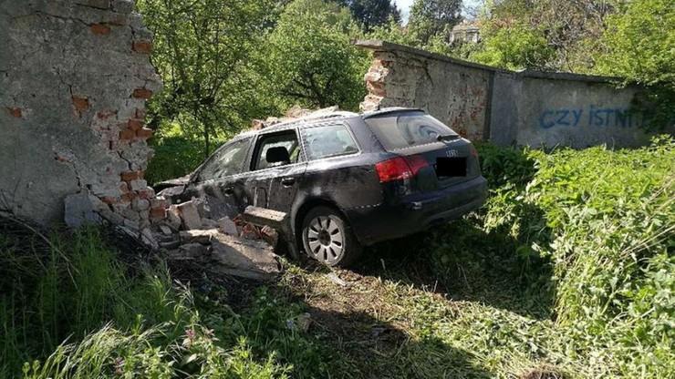 Audi A4 przebiło klasztorny mur. Policja sprawdza, kto prowadził