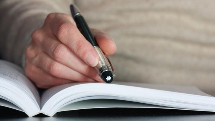 """Kurs trzymania długopisu dla uczniów. """"Mają z tym problem"""""""