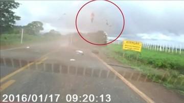 21-01-2016 09:25 Brazylia: wypadł z dachującego samochodu. Przeżył cudem