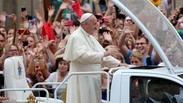 Tysiące osób z całego świata witało papieża na ulicach Krakowa