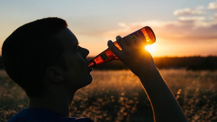 Upija się co szósty polski 15-16-latek. Młodzież najchętniej sięga po piwo