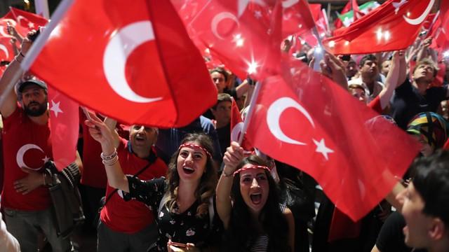 Turcja krytykuje sojuszników za brak poparcia po zamachu