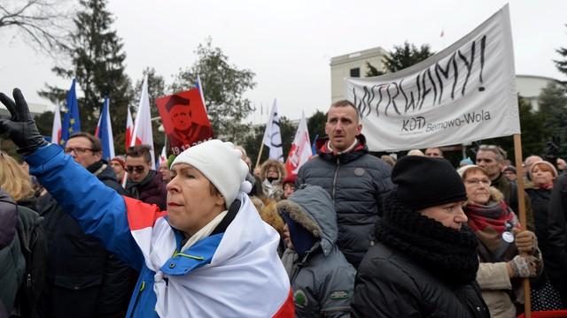 Przed Sejmem zgromadzili się protestujący, którzy wcześniej manifestowali przed TK