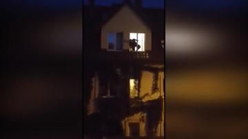 09-08-2017 21:57 Policjant jak Spider Man. Ryzykując życie uratował 5-latkę