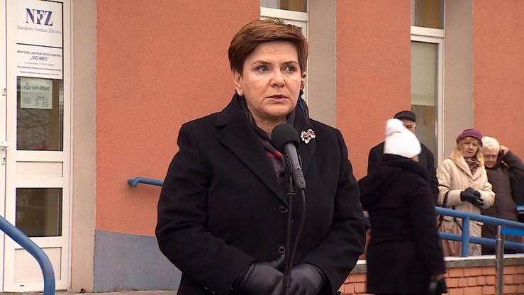 Premier w Radomiu: dobra zmiana w służbie zdrowia. Pacjentka: nic się nie zmieniło, od 5 rano czekam na numerek do lekarza