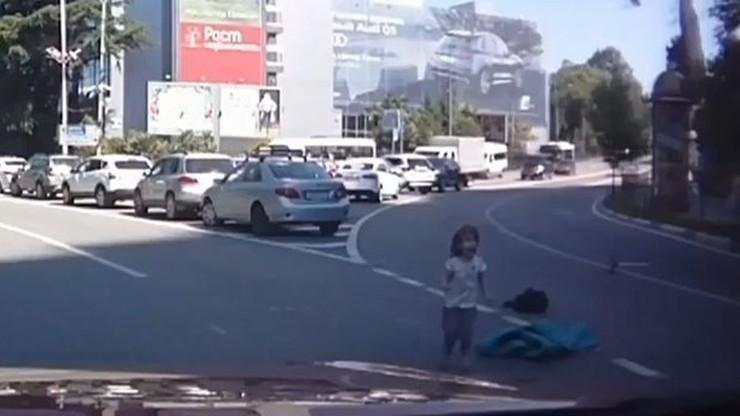 Dzieci wypadły z bagażnika na drogę. Matka pojechała dalej