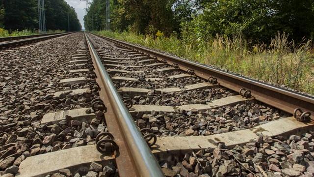 Mazowieckie: pociąg towarowy uderzył w busa; dwie osoby ranne