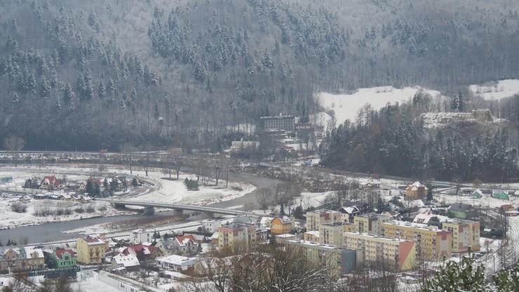 Zimowy krajobraz z Muszyny. Nad Popradem prószył śnieg