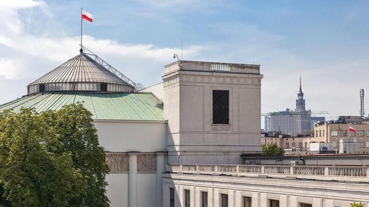 Projekt obniżający uposażenie posłom i senatorom za naruszenie powagi izb trafił do Sejmu