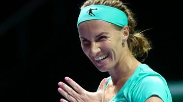 2016-10-24 WTA Finals: Kuzniecowa fryzjerką! Ścięła włosy podczas meczu z Radwańską (WIDEO)