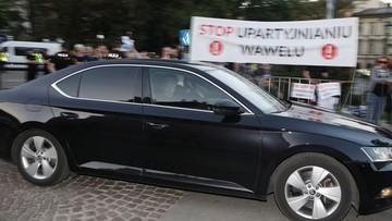 Jarosław Kaczyński na Wawelu. Pojawili się przeciwnicy i zwolennicy PiS