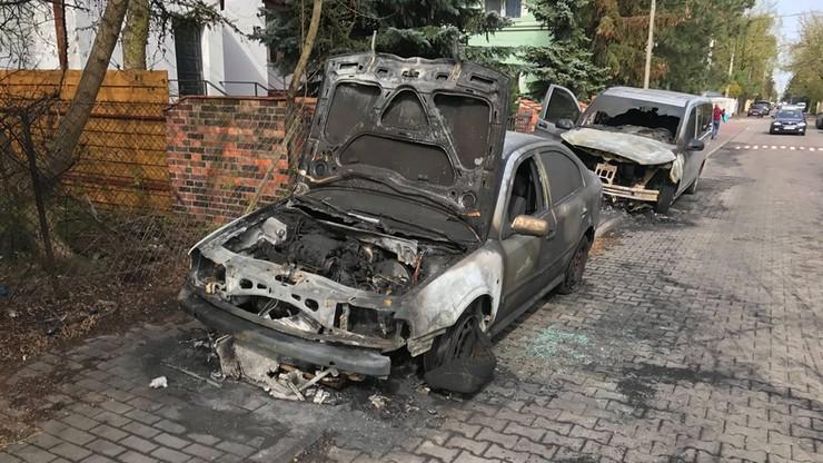 Nocny pożar samochodów w Wilanowie. Spłonęły cztery auta