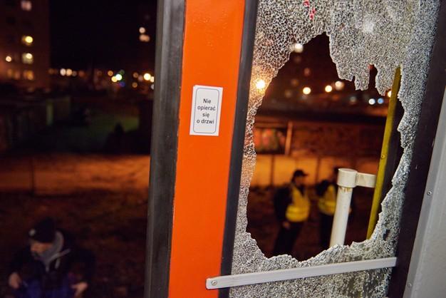 Gdańsk: 100 pseudokibiców zaatakowało pociąg, 5 osób zatrzymano
